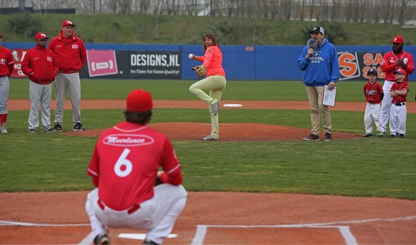 Wethouder Matja Ruigrok gooit, als een ware pro, de eerste bal en opent daarmee het honkbalseizoen voor Pioniers.