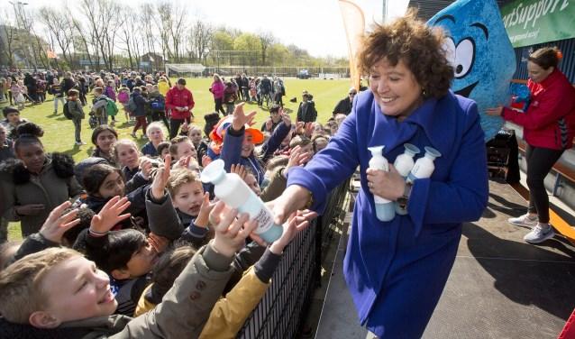 Joke Cuperus (PWN) feliciteert de kinderen van De Wadden met hun winnende Yell.