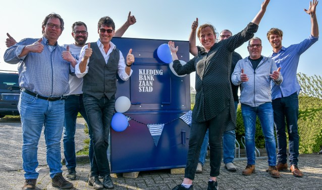 V.l.n.r. Herman de Graaff (secretaris Kledingbank Zaanstad), Bas Husslage (manager Zaanse Uitdaging), Ron Kistenmaker (matchgroep Uitdaging), Lonneke Kroon (manager Kledingbank), Erik van Nek (K. van Nek), Cor de Rover (KSC Int) en Lester Claassens (Schoen BV).