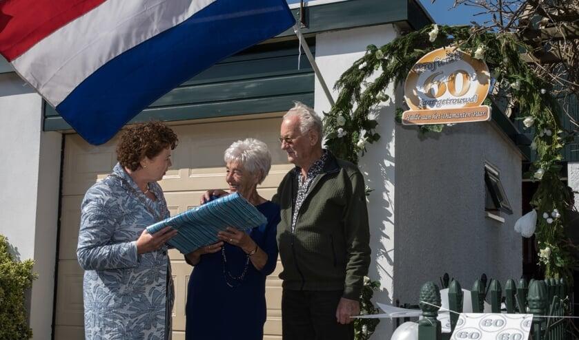 Uit handen van burgemeester Kompier ontving het echtpaar felicitaties en de ingelijste huwelijksakte.
