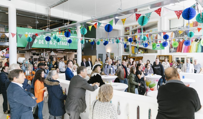 Ruim 100 gasten kwamen naar de feestelijke, kleurrijke opening van het nieuwe kringloopwarenhuis Snuffelmug Heemstede.