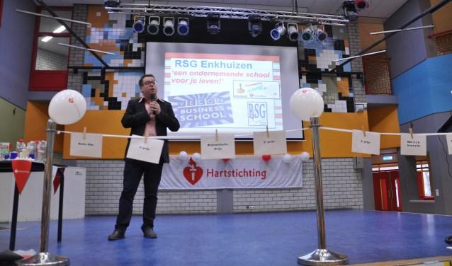 Vertegenwoordigers van de Hartstichting nemen de cheque van € 1599,- in ontvangst van vmbo-2, terwijl ze een dag eerder al een cheque mochten krijgen van € 2399,- namens havo-2.