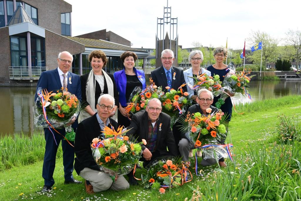 v.l.n.r. (boven): de heer Tromp, burgemeester Kompier, mevrouw Koning-Hoeve, de heer Bakker, mevrouw Kuilman-van der Meulen, mevrouw Ligthart-Paauw. v.l.n.r. (onder): de heer Oudakker, de heer Hink, de heer Binnewijzend