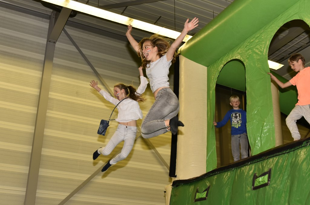 In De Dars zijn verschillende optredens en kinderen kunnen zich uitleven op diverse springskussens. (Foto: aangeleverd) © rodi