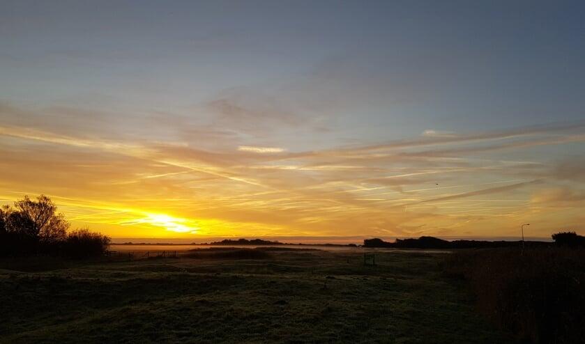 Geniet van de zonsopkomst tijdens de vroege vogelwandeling.