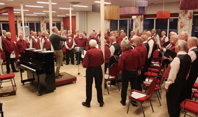 Volle bak tijdens de repetitieavond in 'De Jeugd van Gisteren' met de zangers van Zang en Vriendschap en het Deense mannenkoor.