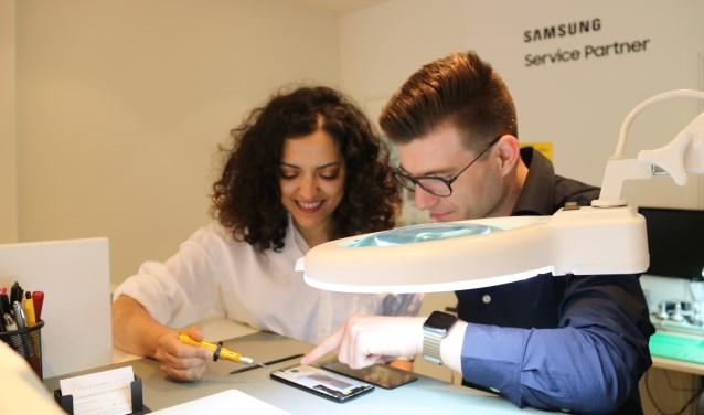 Zohra en Paul zijn Samsung engineer en kunnen alle reparaties aan.