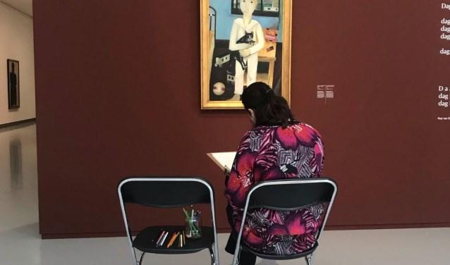 Schets zelf de mooiste composities tussen de kunstwerken en gebruik verschillende tekenmaterialen.