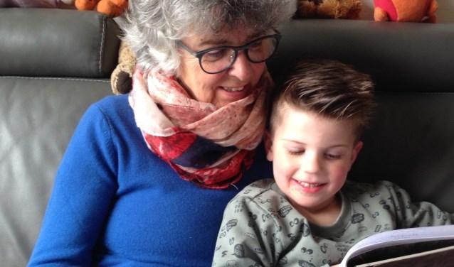 Oma leest voor aan kleinkind.