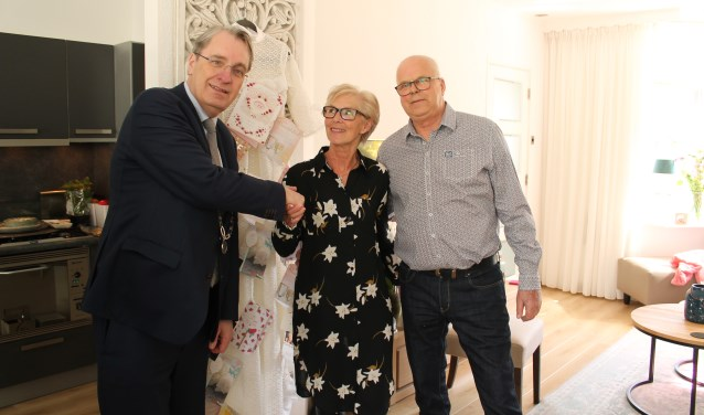 De burgemeester feliciteert echtpaar Kuperus.