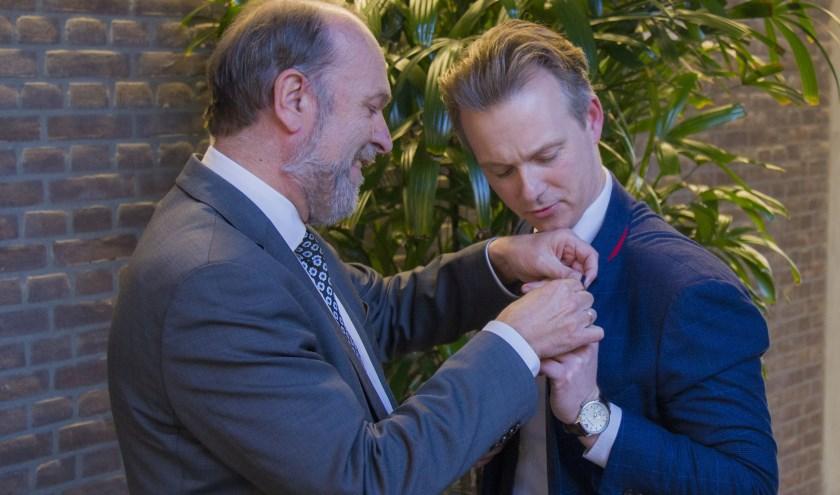 Gido Oude Kotte (r) krijgt het kleinood opgespeld door burgemeester Bert Blase.