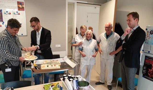 Vrijwilligers worden verrast met taart voor hun goede zorgen voor de patienten in het ZMC.