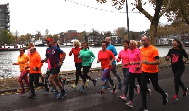 Deelnemers volop in training voor de Zaanbochtrun met tweede van rechts Leon Hamming.
