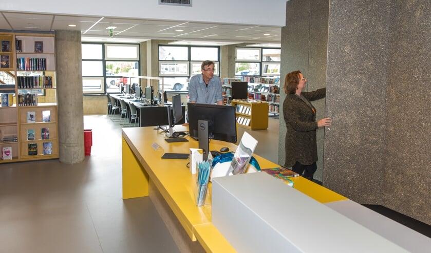 Directeur Ton de Kruyff en medewerkster Tereza de Vries zijn trots op hun nieuwe bibliotheek.