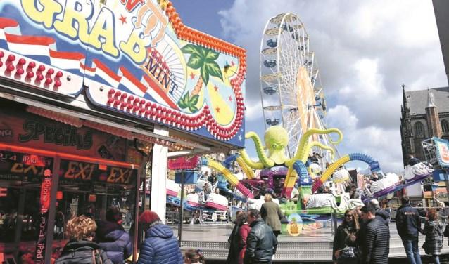 De kermis op de Grote Markt trekt steevast vele bezoekers.