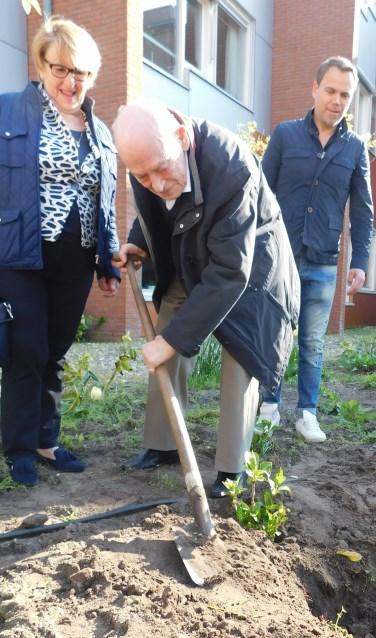 De heer Stuster plant zijn eigen berkenboom.