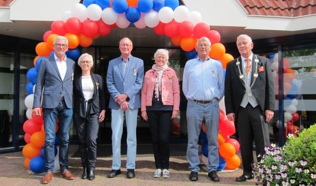 De vijf gedecoreerden en de burgemeester bij het gemeentehuis. Maaike Verlaat staat niet op de foto.