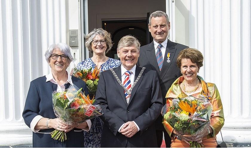 Op de foto van links naar rechts: Ineke Hermans-Klaver, Christine van de Meer-Waller, burgemeester Elbert Roest, Patrick Westerwoudt en Ellen Schrijver-Stokvis(Vanwege het ontvangen van haar onderscheiding in Amsterdam staatMevrouw Coltof niet op de foto).