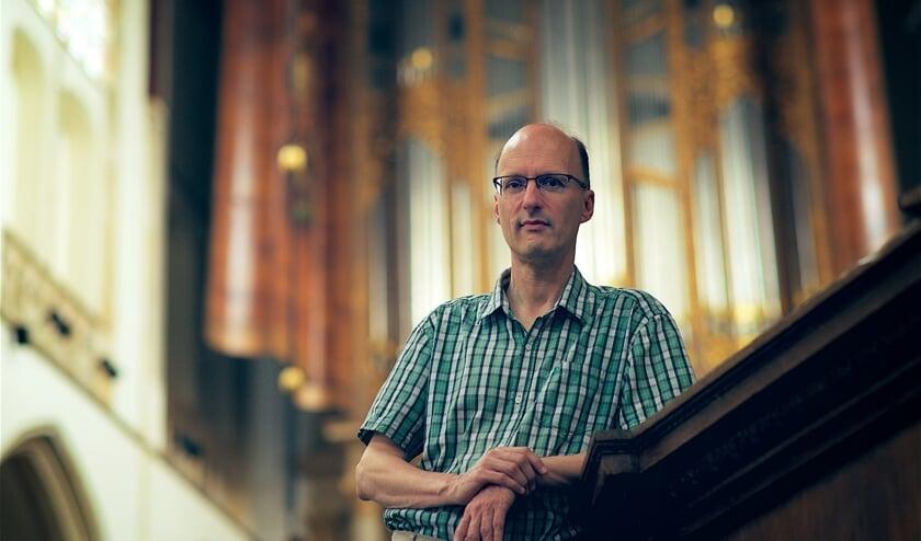 Pieter van Dijk speelt op het grote orgel.