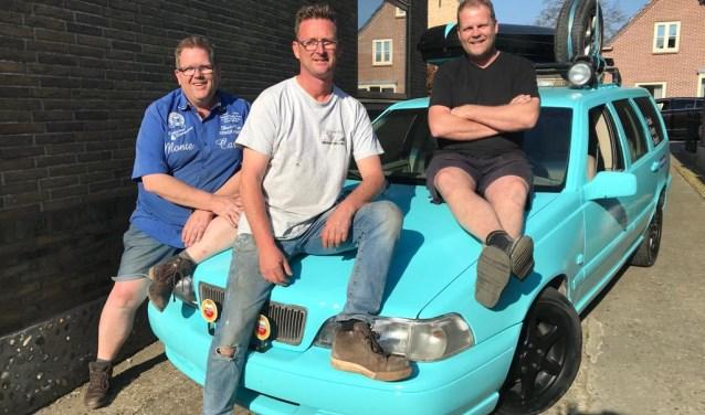 Henry Stroet (l), Frank Vlaar en Patrick Stroet (r) doen mee met de uitdaging Rammelbakkenreis.