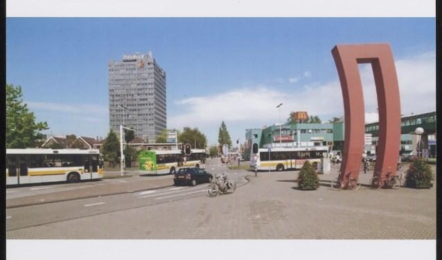 Het kunstwerk van Hans Koetsier, op de foto is goed te zien hoe de stad in tien jaar tijd drastisch is veranderd.