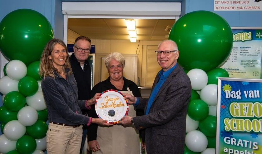 Silvia Knaap, verantwoordelijk voor de kantine en producten, hier geflankeerd door Dieuwke en Jeroen van het Voedingscentrum en Koos Dekker (rechts), een van de teamleiders van het Da Vinci College.