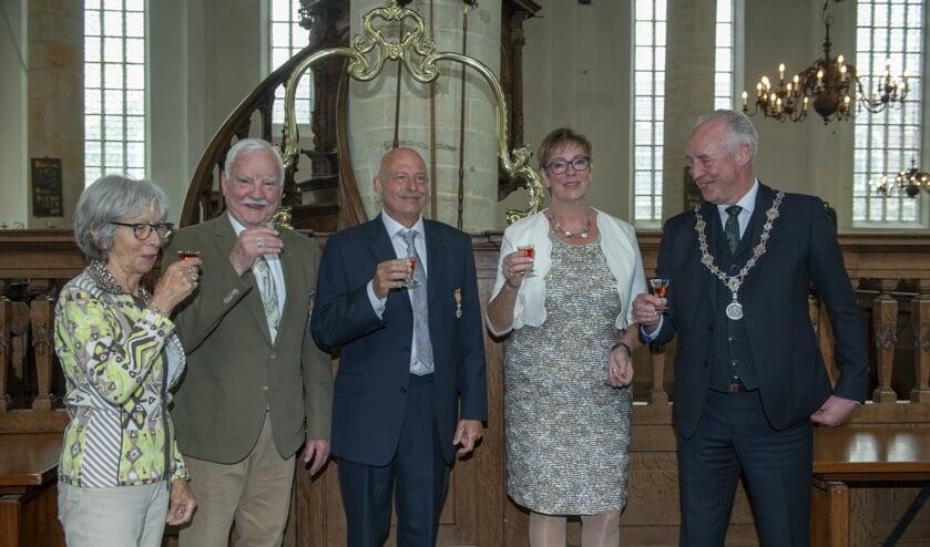 De decorandi met echtgenotes in het gezelschap van burgemeester E. van Zuijlen.