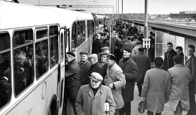 Werknemers van de Hoogovens reden vanuit de hele provincie naar de staalfabriek.