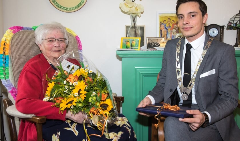 Mevrouw (zuster) Heijnis is op 8 mei wordt 100 jaar geworden! Zij vierde deze dag in aanwezigheid van loco burgemeester Klaas Valkering.