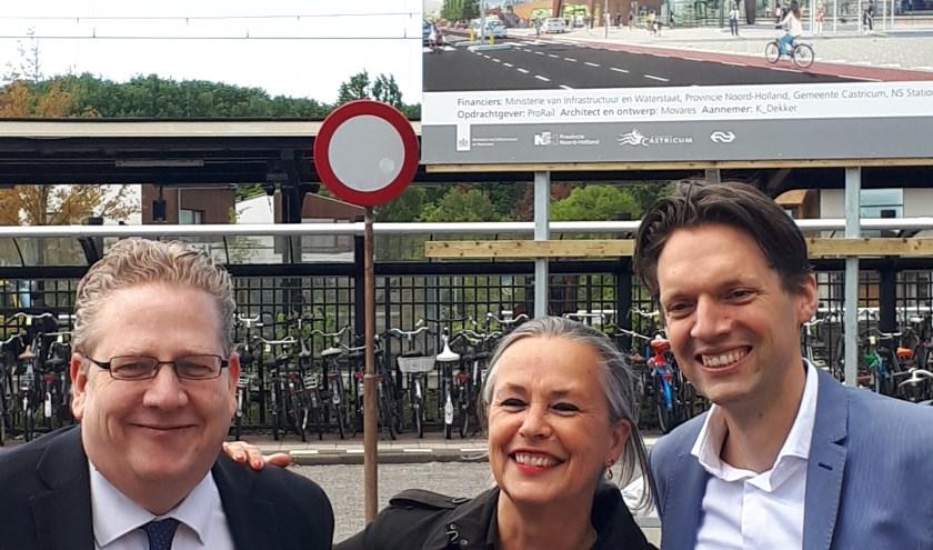 Vertegenwoordigers van ProRail en NS samen met wethouder Slettenhaar van Castricum bij het NS-station.