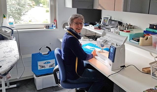 Marian van Lieshout maakt de mooiste artikelen op haar naaimachine. Alles voor het goede doel!