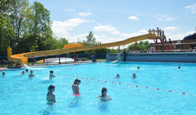 De nieuwste aanwinst van het openluchtzwembad werd uitvoerig getest door enthousiaste dorpsjeugd.