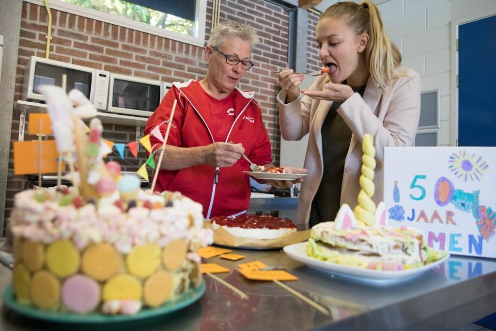 Juryleden Francijna van Diepen van de Bever en eigenaar van Facebookpagina Francijna Cooking Mama, en Mandy Porsius van Activfood proeven van alle baksels een beetje om de winnaar te bepalen. (Foto: Vincent de Vries) © rodi