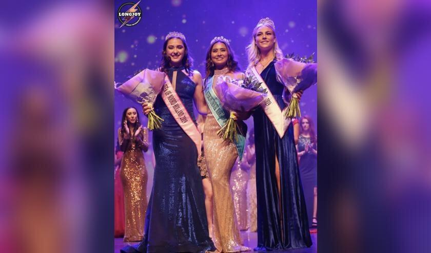 Indy Kames (links) en de nummers 2 en 3 van de Teens-finale.