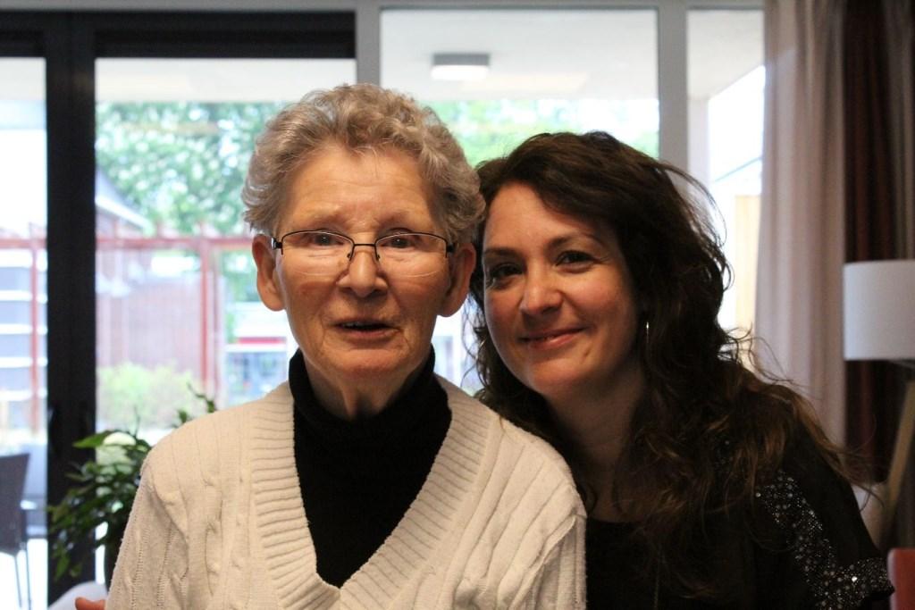 Mevrouw Swagerman en haar dochter Lies in het nieuwe Martinus.  (Foto: JH / Rodi Media) © rodi