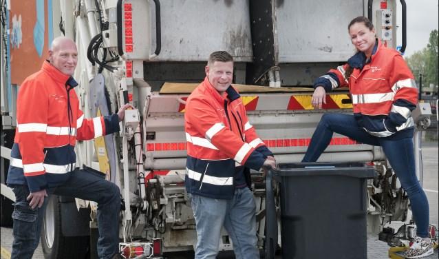 Afvalcoaches van Spaarnelanden Corjan de Winter, Hans Koelemeijer en Jane Veldmeijer bij de speciale inzamelwagen waarmee duocontainers worden geleegd. De afvalcoaches helpen Haarlemmers met afvalscheiding.