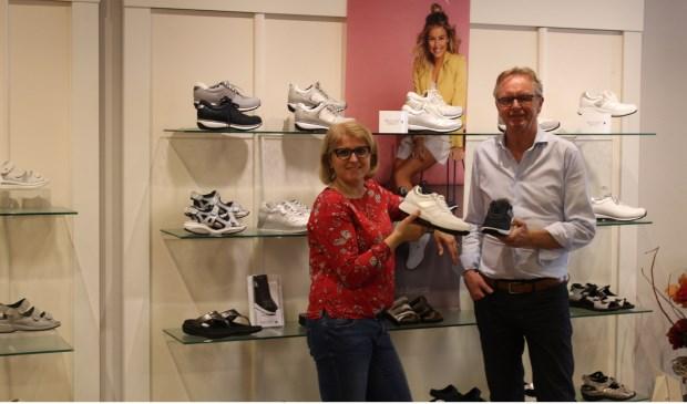 Selma en Peter helpen graag een passende schoen te zoeken.