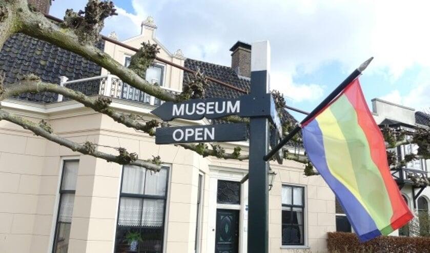De vlag hangt uit bij museum Betje Wolff.