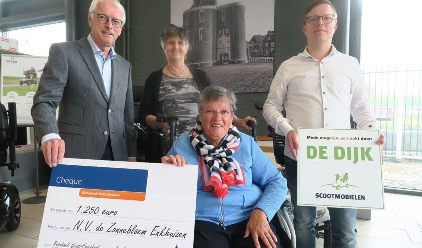 Overhandiging rolstoel. v.l.n.r.: Peter van Staveren, Lia Schuijt, Jeanne Hermans en Nick van Tricht.