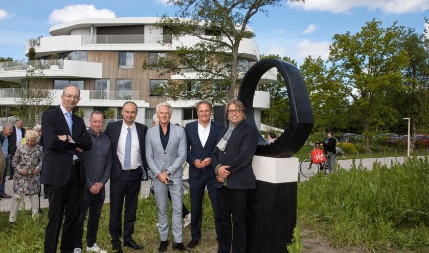 Henk Deen (projectontwikkelaar), Maarten Langeveld (projectontwikkelaar), Reinald Bosman (architect), Gem Bot (directeur Bot Bouw), Bastiaan Smit (makelaar) en bewoner Dick Bouma, naast het beeld 'de cirkel'.
