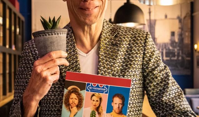 Cabaretier Dolf Jansen toont enthousiast het nieuwe programma van Theater het Postkantoor in Bovenkarspel.