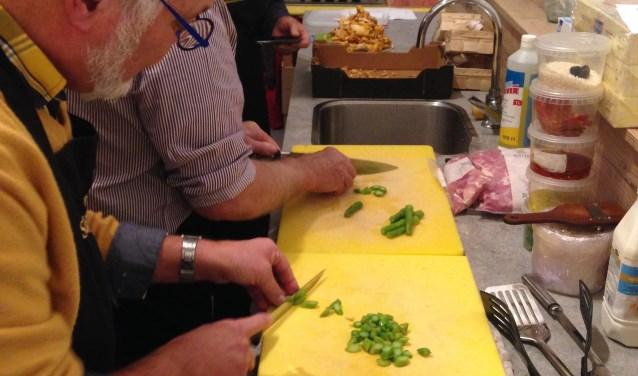 Eenvoudig en toch lekker koken is het doel van de activiteit.