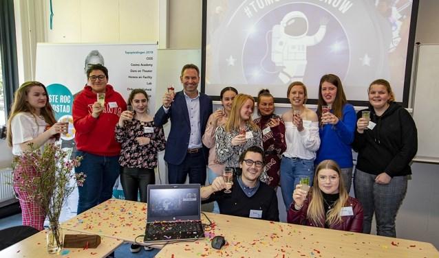 Studenten Nova College pitchen idee voor vrijwilligerswerk voor Karma Factory en CDA Tweede Kamerlid Michel Rog.