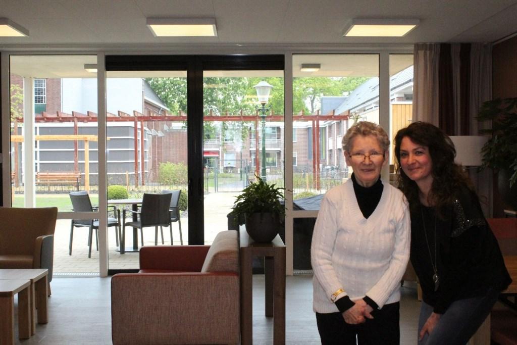 Mevrouw Swagerman en haar dochter Lies poseren bij één van de buurtkamers in het nieuwe Martinus. (Foto: JH / Rodi Media) © rodi