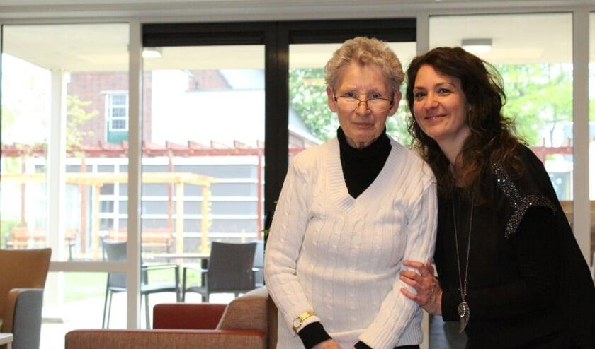 Mevrouw Swagerman en haar dochter Lies poseren bij één van de gezellige buurtkamers in het nieuwe Martinus.