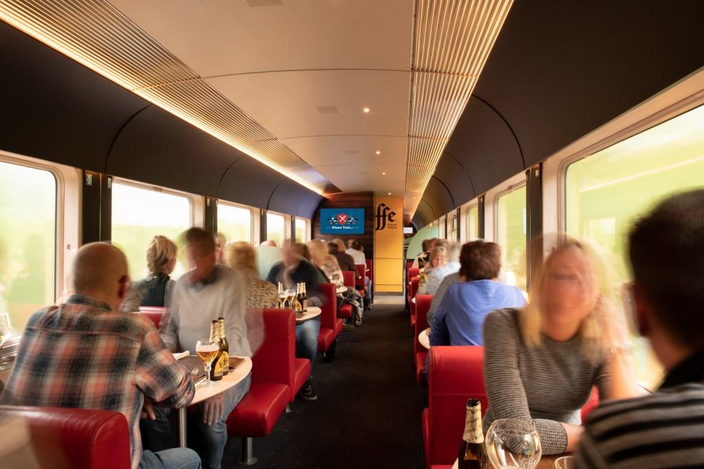 Dineren in een rijdende trein zorgt voor een bijzondere ervaring.  (Foto: Mo Juriaan Barends) © rodi