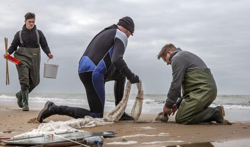 Op het strand van Castricum wordt onderzoek verricht.
