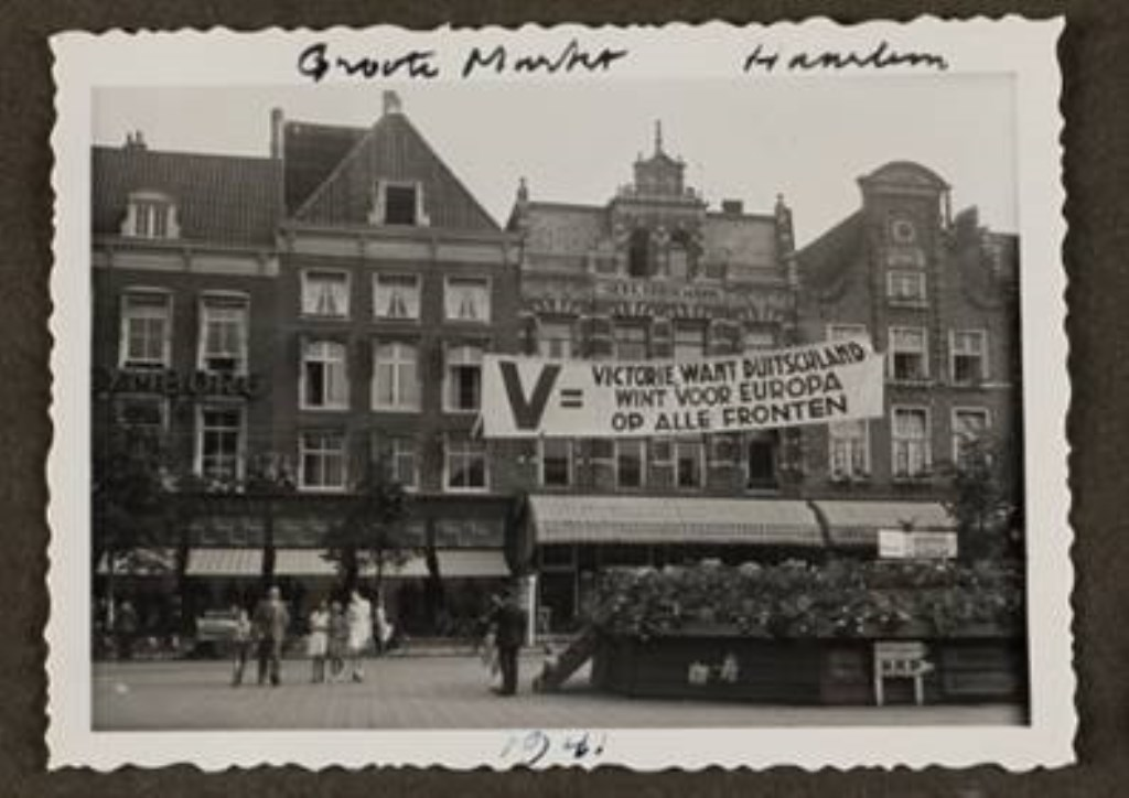Grote Markt, 1941Postbode in Haarlem, 1943  © rodi