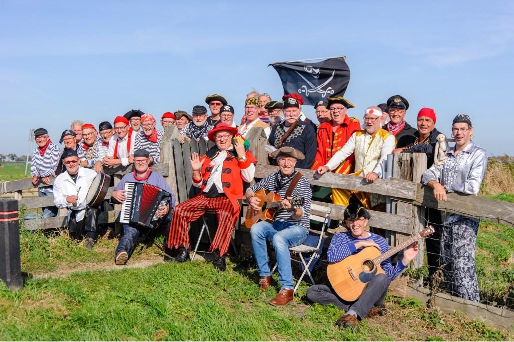 Piratenkoor De Landlubbers heeft een hoog feestgehalte. Dat laten de leden tijdens het Bevrijdingsfestival zien. (Foto: rodi.nl) © rodi