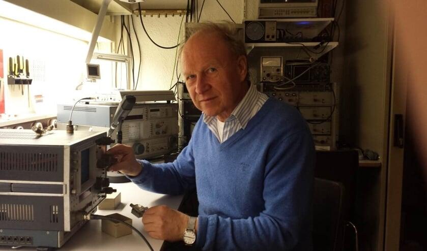 Een amateur achter het uitgebreide meetinstrumentarium van de NVRA aan de onlangs verlengde meettafel.